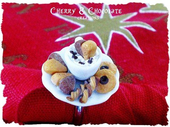 Anello piattino e tazzina con biscottini, panna e cioccolato in Fimo