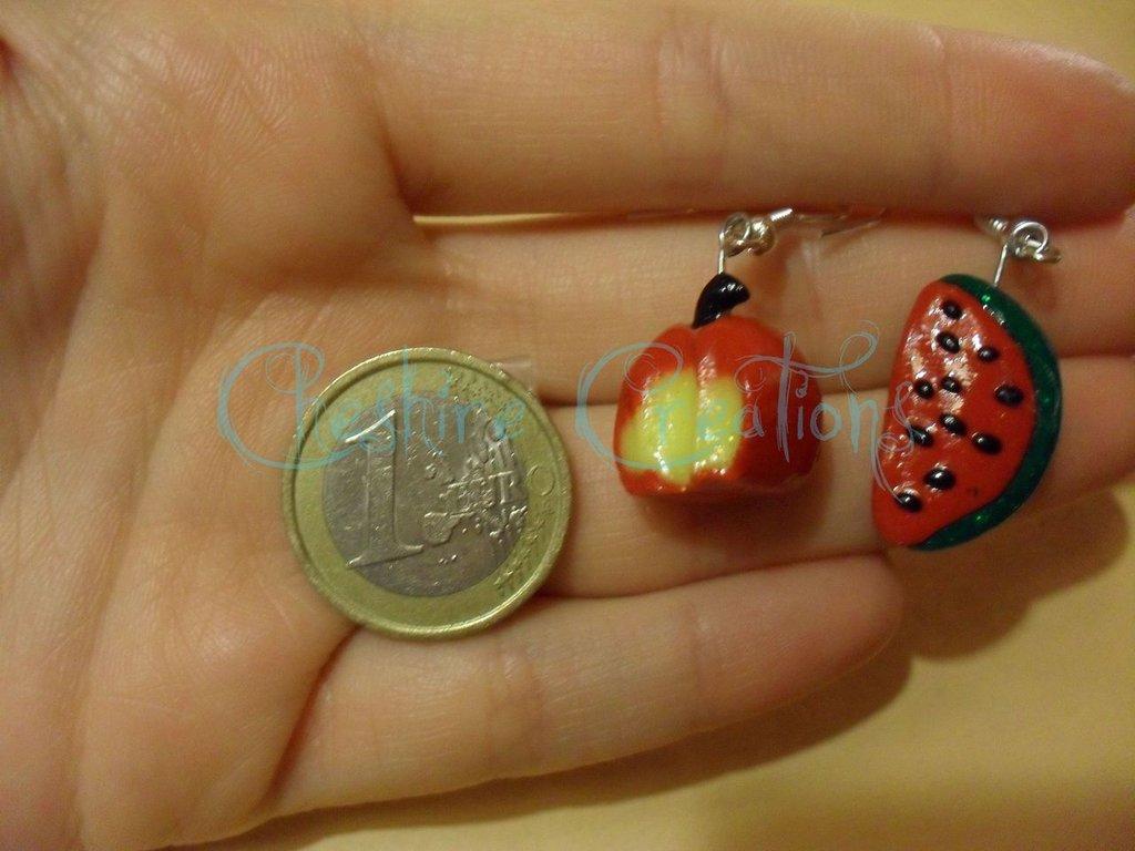 orecchini mela morsicata e fetta di anguria
