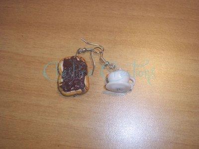 orecchini fetta di pane e nutella e tazzina di caffè con panna