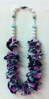 Collana con inserti in stoffa e perline