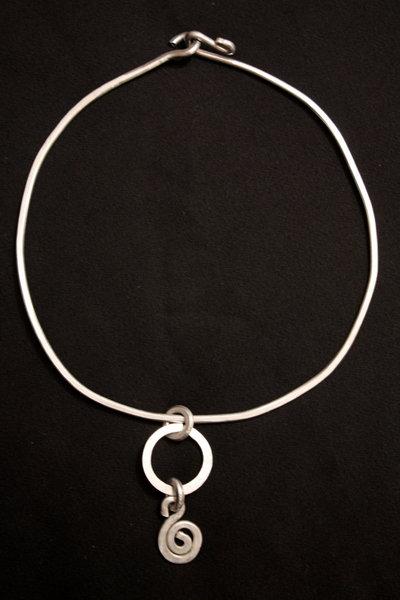 collane a cerchio con ciondolo: rame o alluminio?