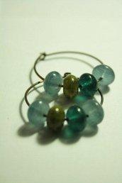 Orecchini cerchi in rame con perle in vetro verde bosco