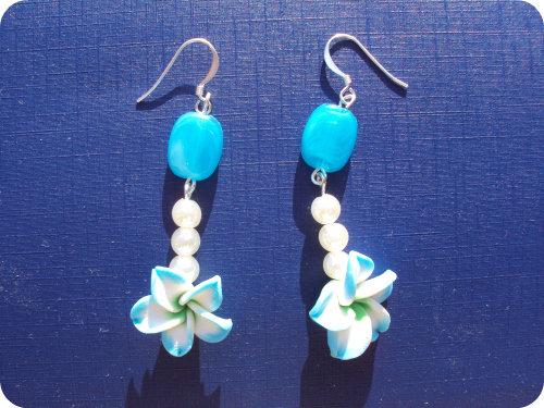 Orecchini con fiore sfumato azzurro