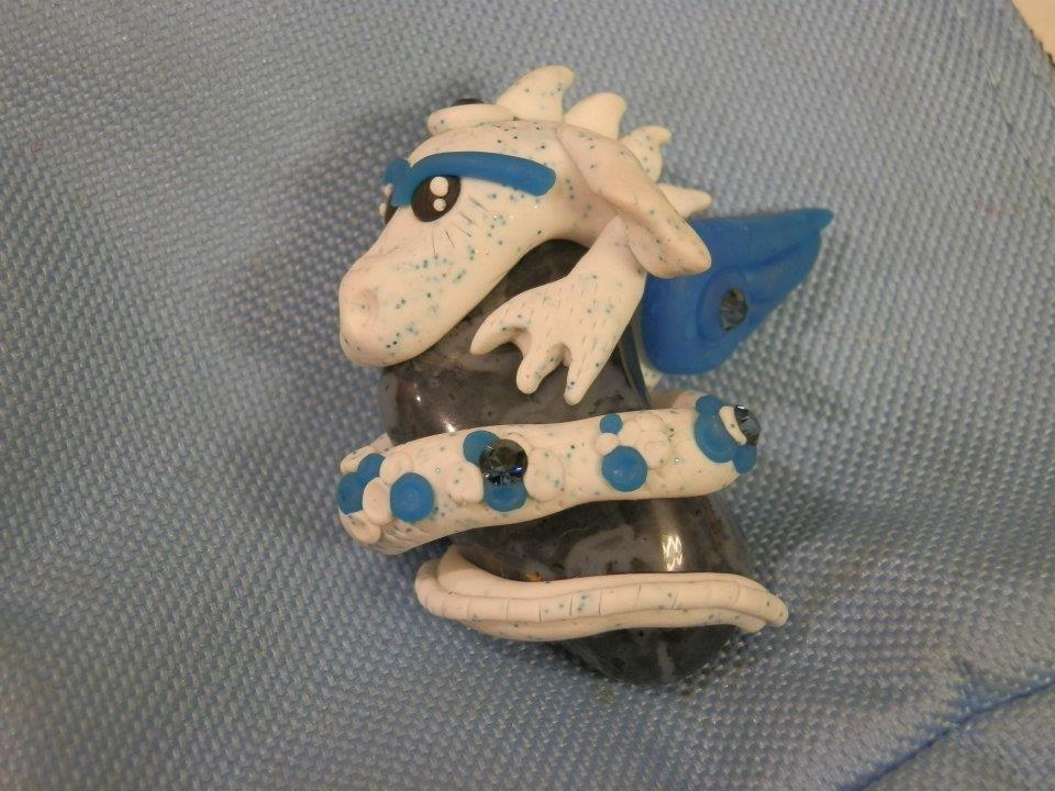 Drago su pietra blu