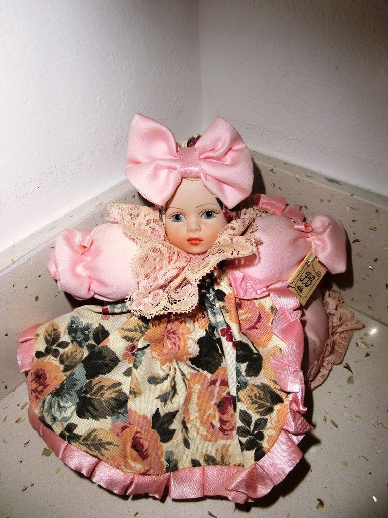 bambola porcellana fatta a mano 17cm, rosa seduta con fiocchi e portaoggetti