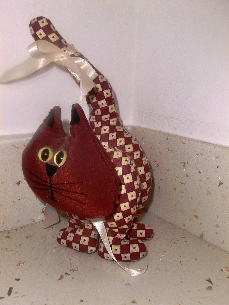 gatto stoffa fatto a mano con campanellino rosso e beige con fiocchi bianchi