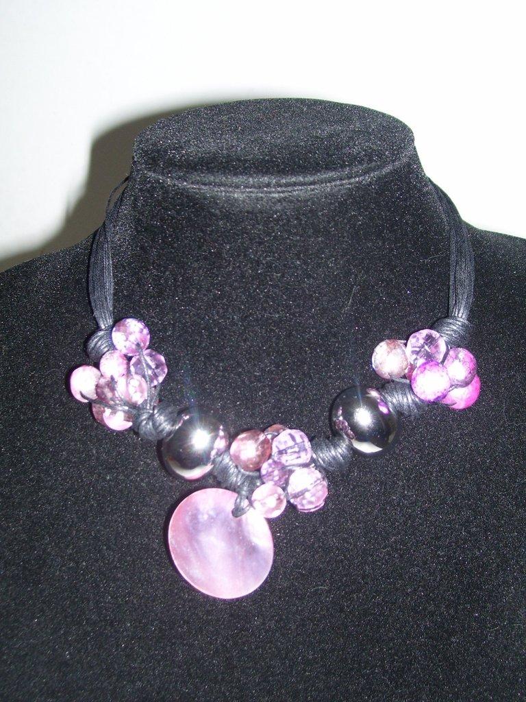 Collana in corda con pietre color metallizzate.