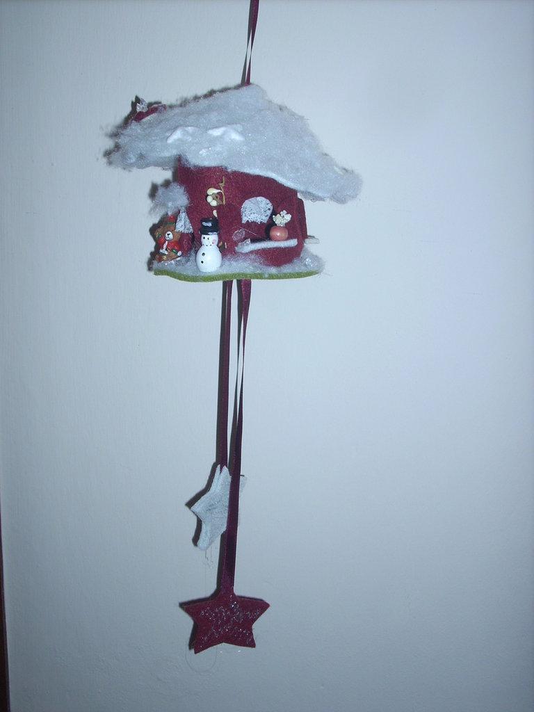 Casetta di Babbo Natale sospesa