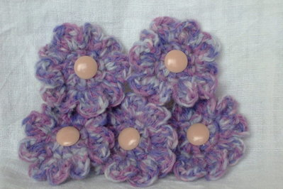 5 fiori in melange lilla e rosa lavorati all'uncinetto.   5 flowers,pink,lilac,melange yarn,crocheted ,supplies