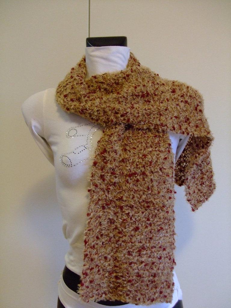 Sciarpa di lana boucle' ocra e borbeaux  lavorata a maglia    Scarf  knitted in boucle'ocre burgundy wool yarn