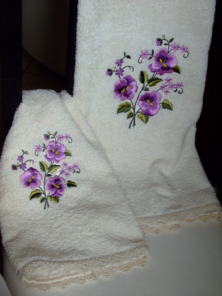 Coppia di asciugamani ecru' beige ricamati al telaio.  Pair of  bathroom towels,cream,ecru',embroidered