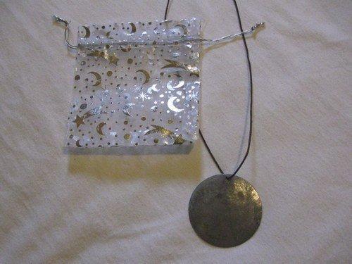 Collana con ciondolo e sacchetto regalo