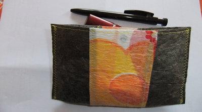 Mini borsetta realizzata in sacchetti di plastica
