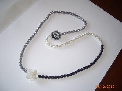 Collana in perle bicolori con rose.