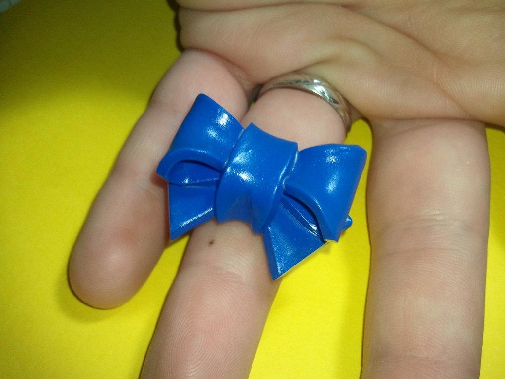 Anello regolabile con fiocco blu effetto lucido in fimo