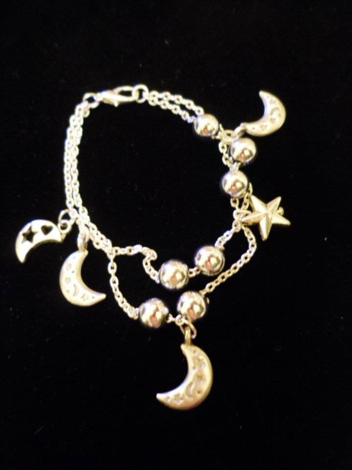Bracciale color argento con charm's e perle in nuance