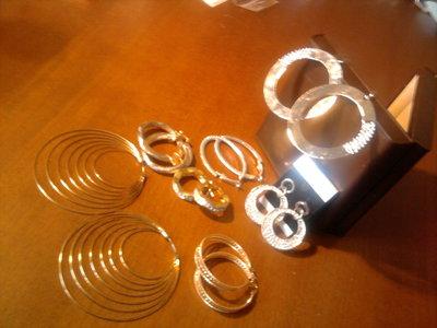 Serie di orecchini.