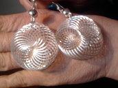 Tre serie di orecchini alla moda.