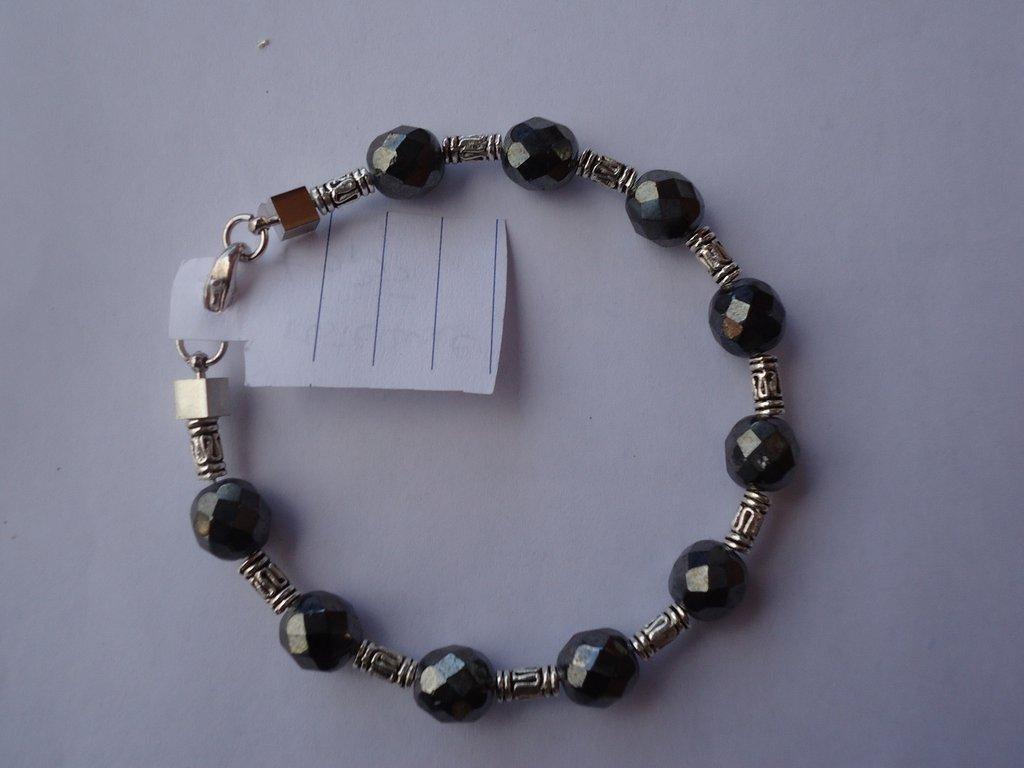 bracciale su filo armonico con perle in resina e metallo