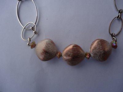 collana con perle in resina sfaccettate di varie dimensioni, perline in metallo e catene