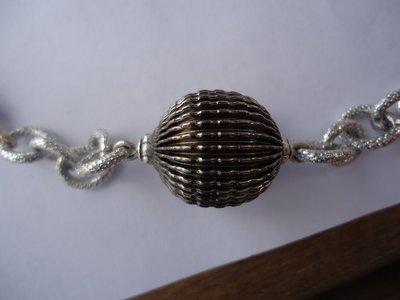 collana con perle in resina argento, dettagli in metallo e catena