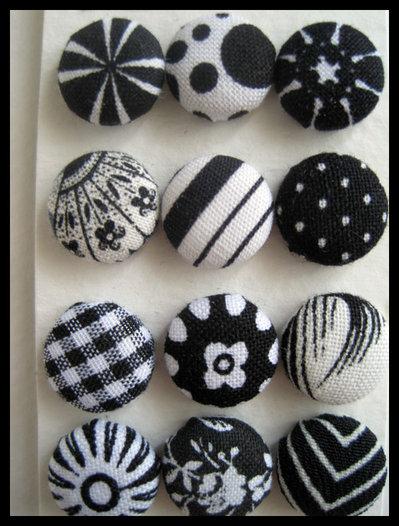 Orecchini bottone toni del nero