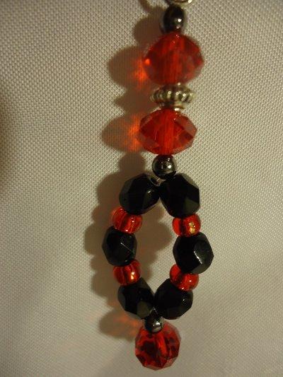 orecchini con mezzi cristalli rossi, sfaccettati di boemia neri e perle di cristallo