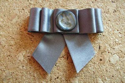 Fermacapelli in seta grigio