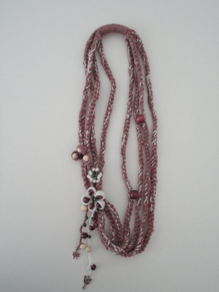 collana di lana con fiori e perle di legno