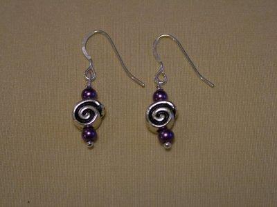 Orecchini con spirali in metallo e perline viola