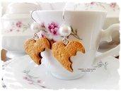 Orecchini biscotti a cuore morsicato