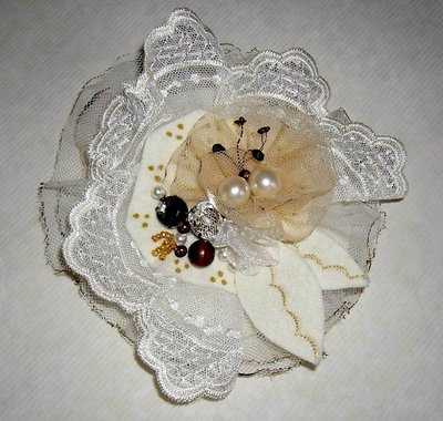 Spilla color panna con pizzo tulle strass perle e lustrini, per nozze o regalo - Pin brooch cream color felt handmade whih lace sequins beads - gift bridal accessories special occasion
