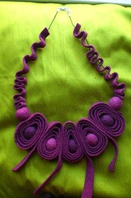 collana in feltro viola
