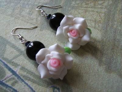 Orecchini rose fimo, pietre nere e Swarovski #40