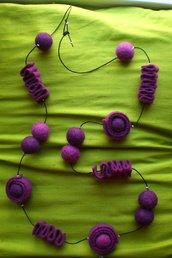 Collana lunga in feltro nelle tonalità del viola