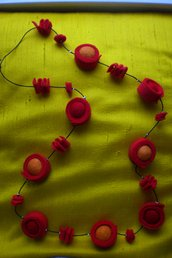 Collana in feltro nelle tonalità del rosso