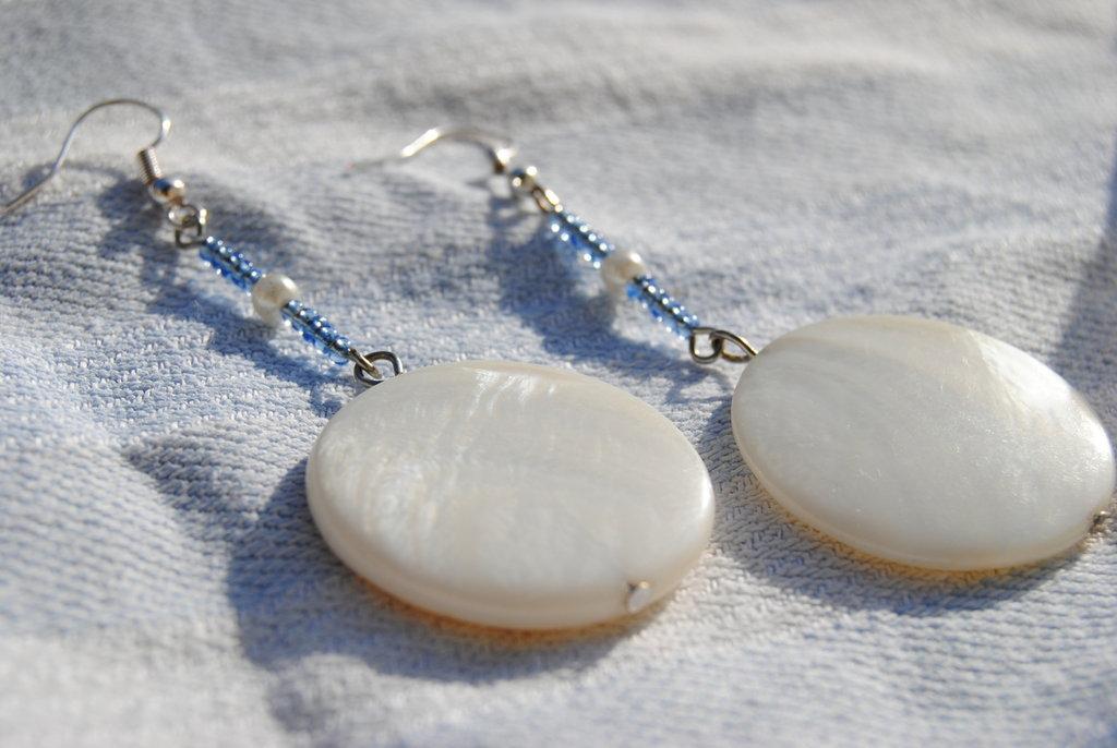 Orecchini in madreperla e perline di plastica