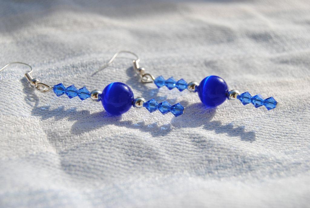 Orecchini con swarovsky blu e pallina occhi di gatto blu