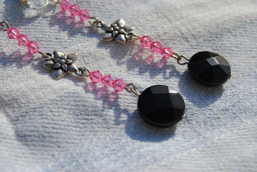 Orecchini con swarovsky rosa, onice nero e fiore effetto