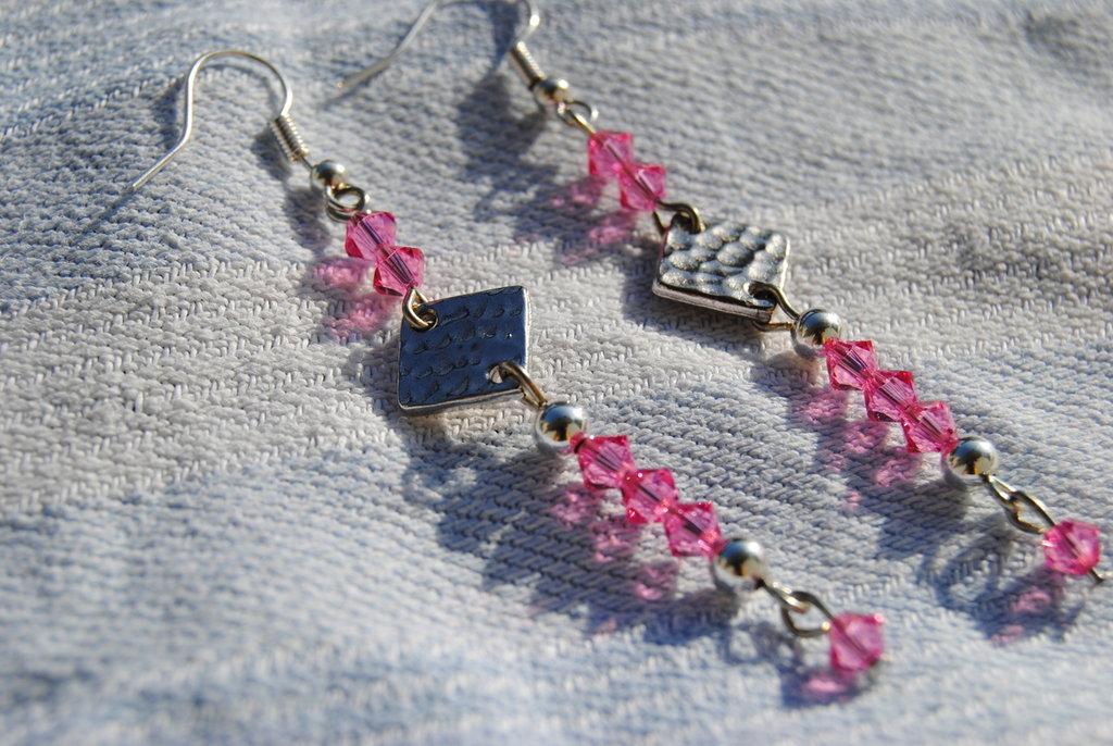 Orecchini con swarovsky rosa e quadratino effetto battuto