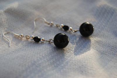 Orecchini con onice,mezzi cristalli neri e palline argentate