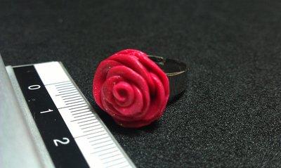 Anello con rosa in fimo (vari colori)