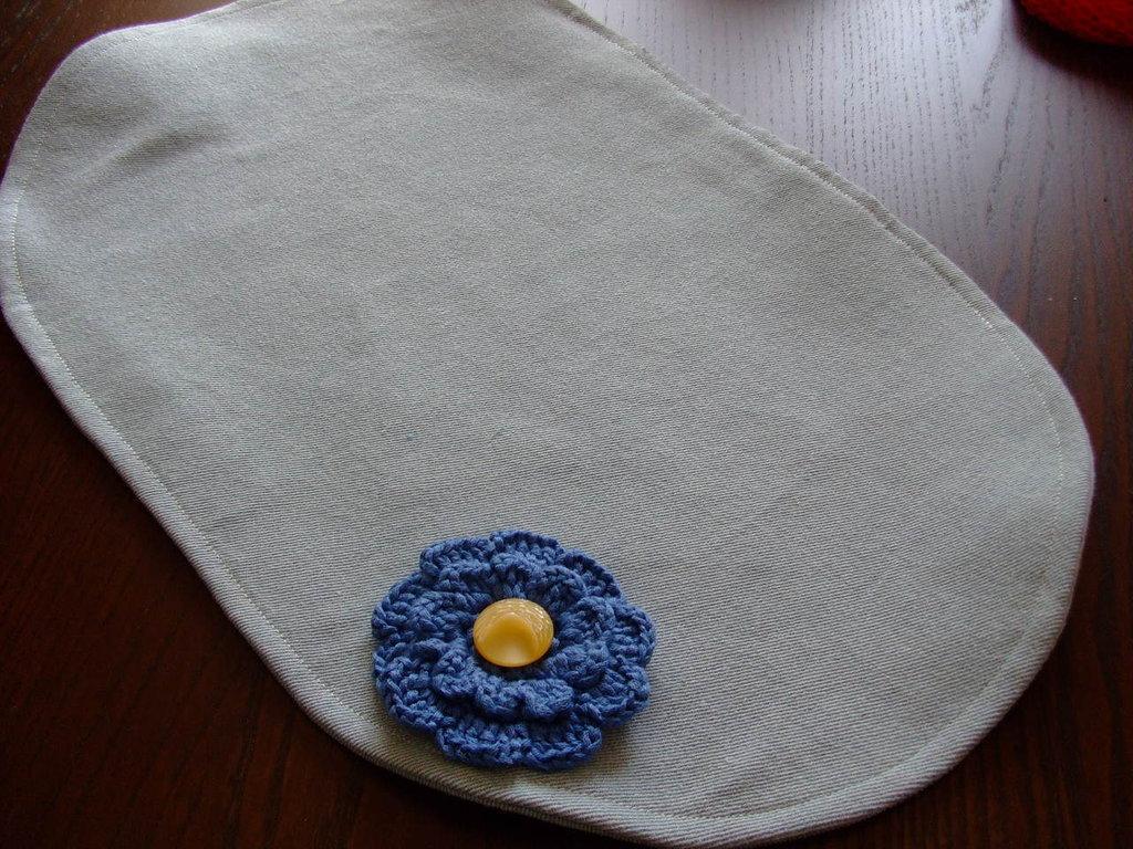 Tovaglietta,Azzurra,di jeans,con fiore all'uncinetto