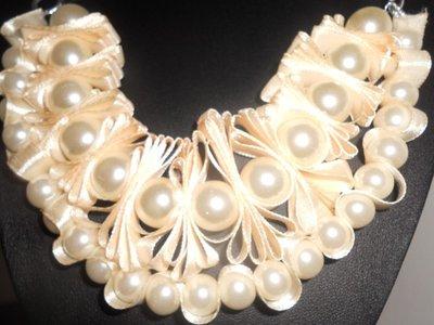 Collana di perle e nastro