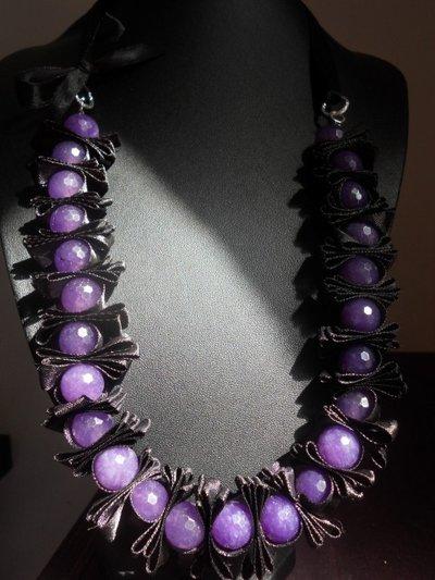 Collana con pietre preziose viola-ametista e nastro