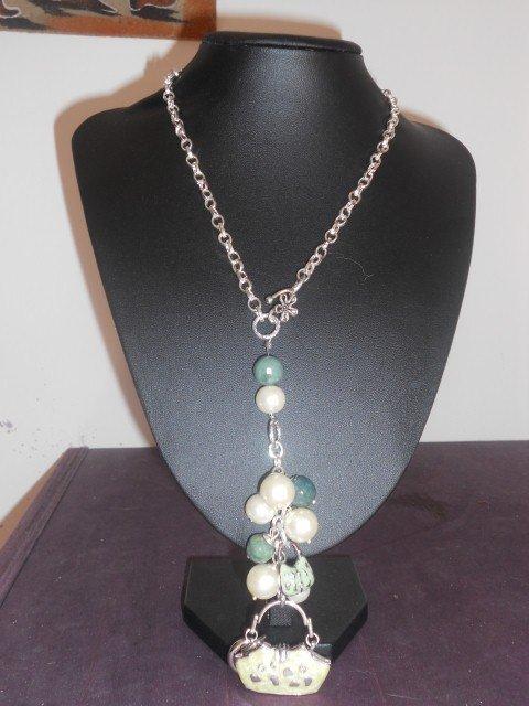 Collana con borsette smaltate e perle sintetiche