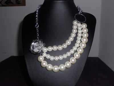 Collana con rosa argentata e perle sintetiche