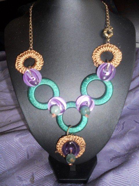 collana con bottoni viola e pietre semi-preziose