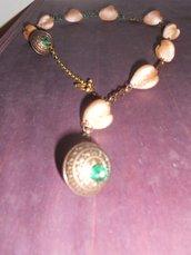 Collana con conchiglie color bronzo