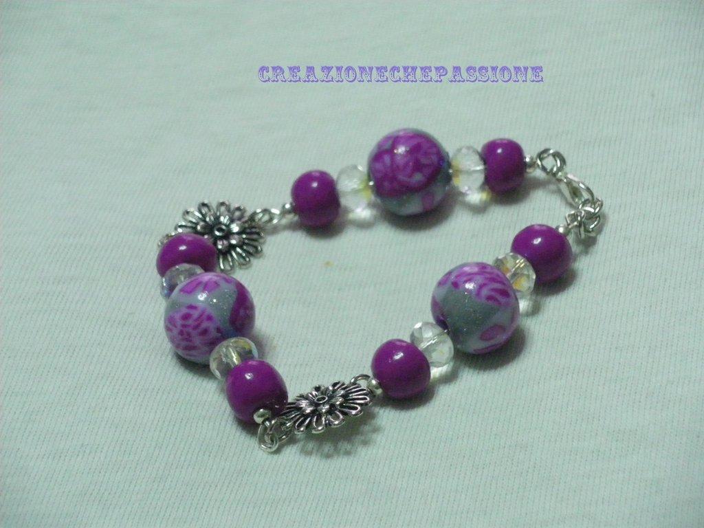 bracciale con perle in fimo e ciondoloi a forma di margherita